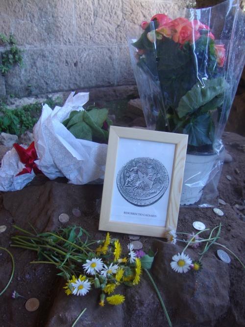 DSC07279 Ehrung Caesars auf seiner Kremationstätte im Forum-1.JPG